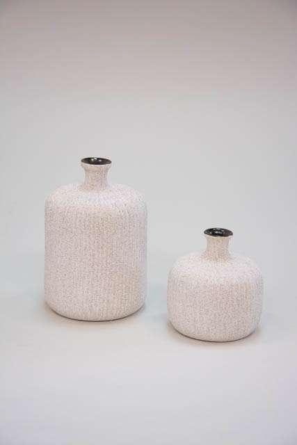 Flaskeformet keramikvase - lys sandfarvet. Håndlavet vase fra Lindform - beige.
