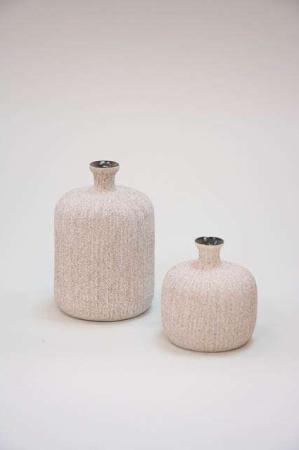 Flaskeformet keramikvase - mørk sandfarvet. Håndlavet vase fra Lindform - lysegrå.
