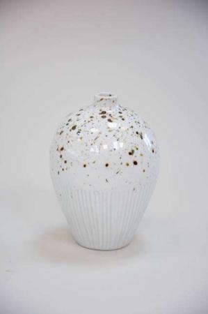 Hvid keramikvase med prikker - Lindform. Prikket hvid vase, krukke med riller