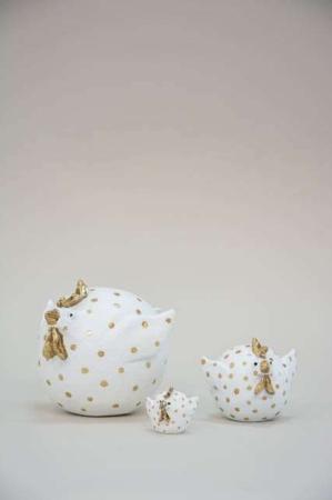 Hvide påskekyllinger med guldprikker. Prikket påskefigur fra Nääsgränsgården