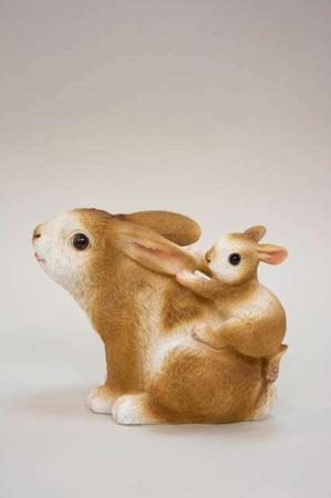 Kanin med kaninunge på ryggen. Påskehare med hareunge. Påskefigur til påskepynt.