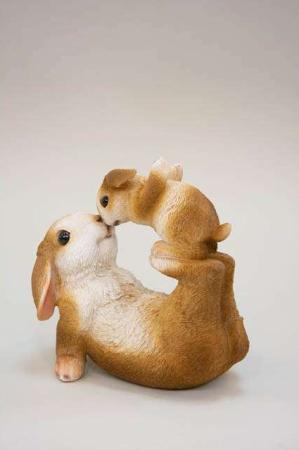 Kanin med legende kaninunge. Påskehare med hareunge. Påskefigur til påskepynt.