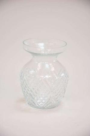 Klar glasvase med bred kant og mønster. Mønstret vase af glas.