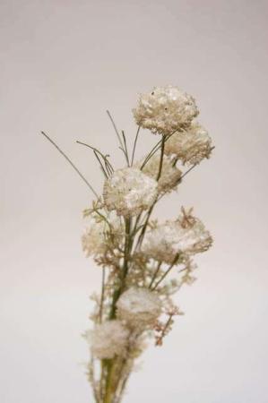 Kunstig blomsterbuket og blomsterstilke i grå og grønne nuancer. Grøn og grå buket med kunstige blomster.