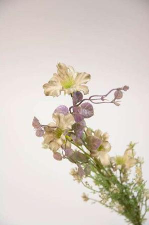 Kunstig blomsterbuket og blomsterstilke i grønne, hvide og lilla farver. Grøn, hvid lilla buket med kunstige blomster.