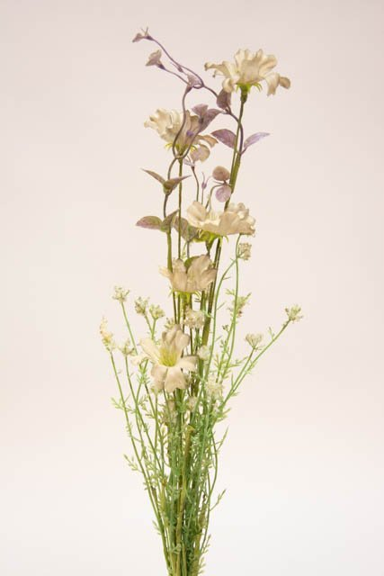 Kunstig blomsterbuket og blomsterstilke i grønne, lilla og hvide farver. Grøn, hvid lilla buket med kunstige blomster.