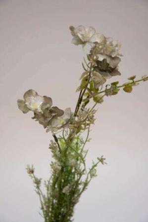 Kunstig blomsterbuket og blomsterstilke i grønne og hvide farver. Grøn og hvid buket med kunstige blomster.