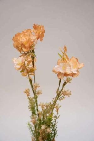 Kunstig blomsterbuket og blomsterstilke i grønne og rosa nuancer. Beige og grøn buket med kunstige blomster.