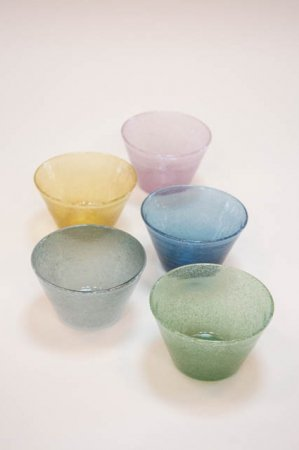 Mundblæst glasskål i forskellige farver. Lille farvet skål af glas.