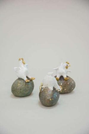 Påskekylling på påskeæg. Tre hvide og guld påskefigurer fra Nääsgränsgården.