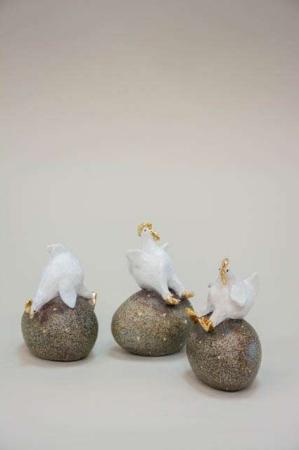 Påskekyllinger på påskeæg. Hvid og guld påskefigur fra Nääsgränsgården.