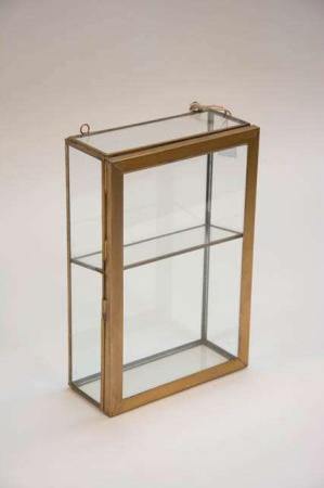 Vægskab af glad med glashylde. Elegant vægskab af glas og metal.