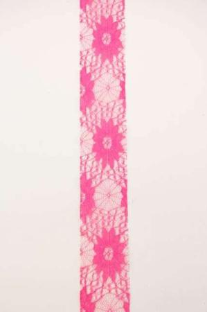 Bredt lyserødt dekorationsbånd med blomstermønster fra Sae Il. Bredt bånd til dekorationer og gaver.