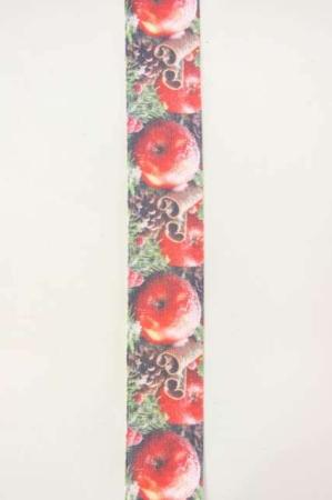 Dekorationsbånd med æbler, kanelstænger og grankogler fra Sae Il. Smukt bredt bånd til dekorationer og gaver.