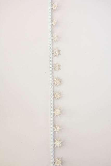 Dekorationsbånd med guld stjerner fra Sae Il. Smukt julebånd til juledekorationer og julegaver.