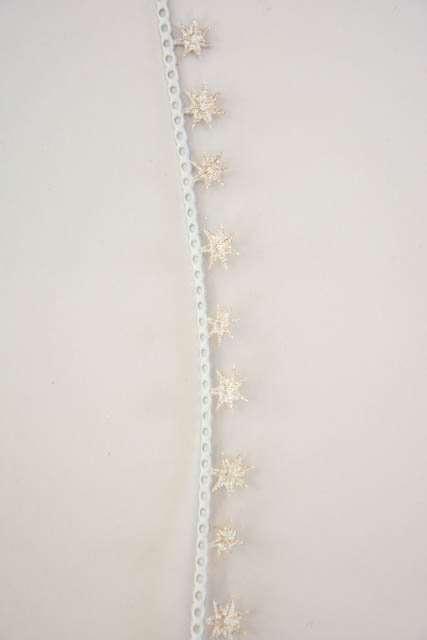 Dekorationsbånd med guldstjerner fra Sae Il. Smukt julebånd til juledekorationer og julegaver