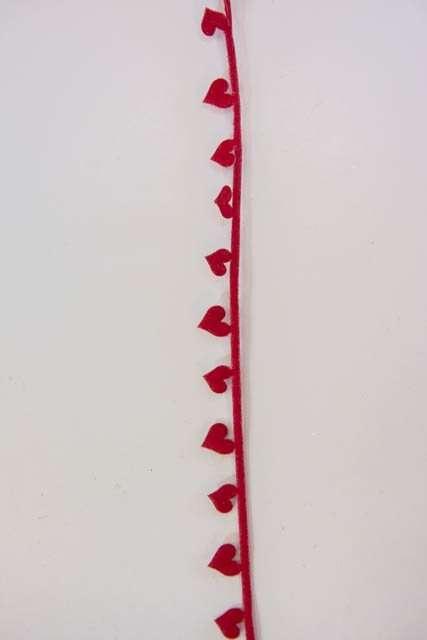 Dekorationsbånd med røde hjerter fra Sae Il. Smukt julebånd til juledekorationer og julegaver.