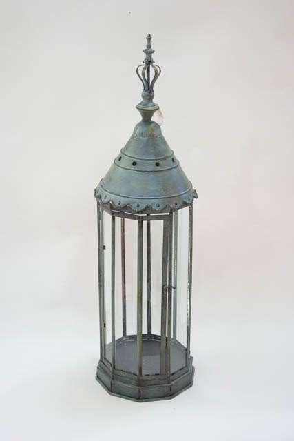 Flot høj lanterne i antik stil. Metal lanterne med glas