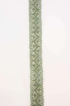 Grønt dekorationsbånd med mønster. Broderet bånd til dekorationer og gaver.