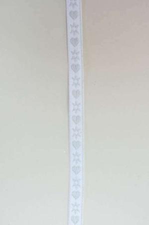 Hvidt dekorationsbånd med hjerter og snefnug fra 2Have. Smukt julebånd til juledekorationer og julegaver.