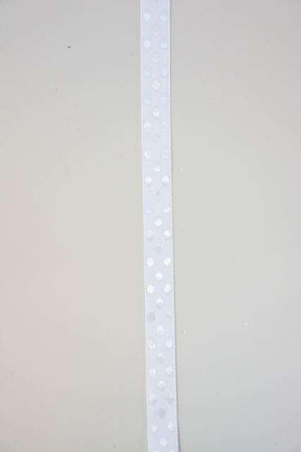 Hvidt dekorationsbånd med prikker fra 2Have. Smukt bånd til dekorationer og gaver.