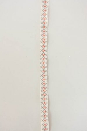 Hvidt dekorationsbånd med rødt og gråt mønster fra 2Have. Smukt bånd til dekorationer og gaver.