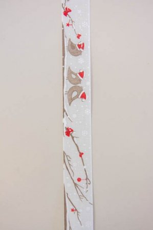 Hvidt og rødt dekorationsbånd med fugle i snelandskab fra Sae Il. Klassisk julebånd til juledekorationer og julegaver