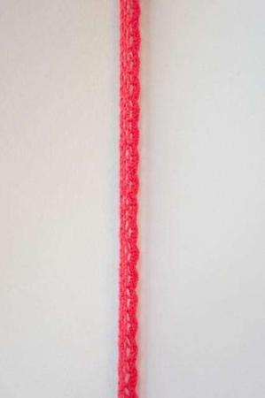 Rødt bånd med - hæklet. Flot bånd til dekorationer. Flot bånd til gaver