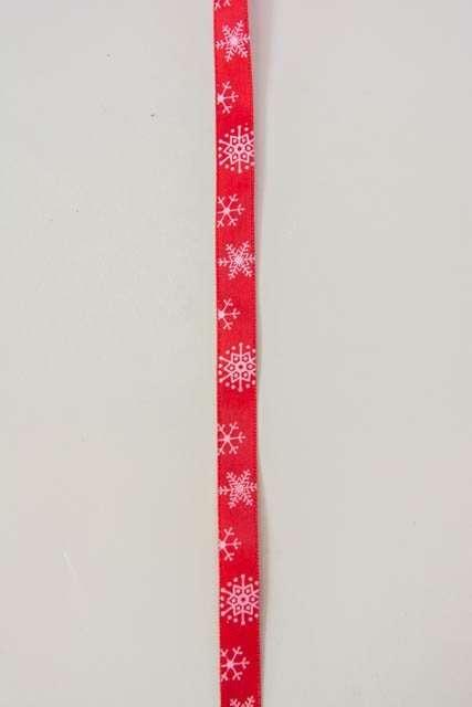 Rødt dekorationsbånd med snefnug fra 2Have. Smukt julebånd til juledekorationer og julegaver.