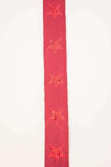 Rødt dekorationsbånd med stjerner fra Sae Il. Klassisk julebånd til juledekorationer og julegaver.