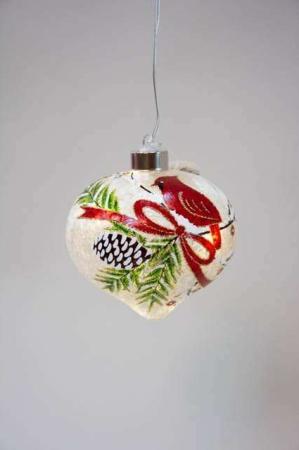 Buttet julekugle med LEDlys. Juletræskugle med julemotiv gran.