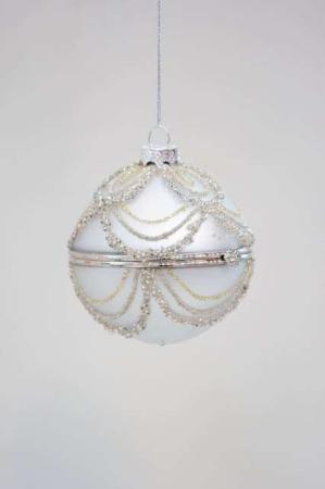 Hvid julekugle med perler til ophæng. Julekugle med hulrum.