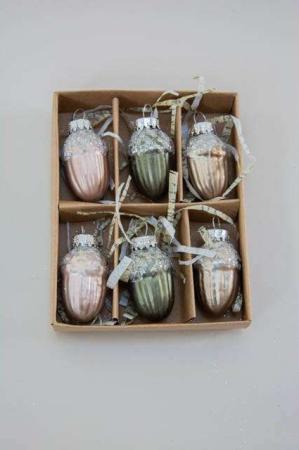 Æske med små julekugler i tre forskellige farver