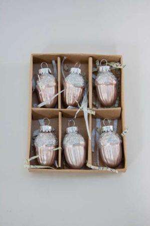 Æske med små lyserøde julekugler formet som agern
