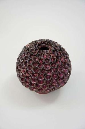 Bordeaux kugle formet keramik vase med små blomster.