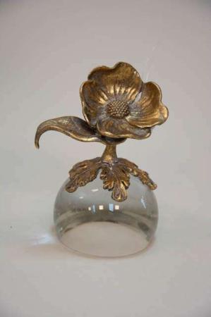 Guld blomst på glaskugle