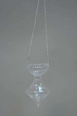 Hængende glasvase med sølvfarvet kæde