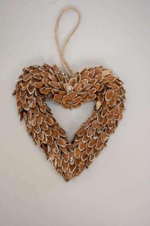 Hjerteformet krans af grankogler med glimmer. Julekrans til ophæng på døren