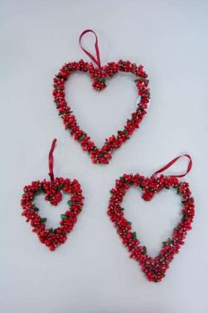 Hjertekrans med røde bær til ophæng. Julekrans til ophæng