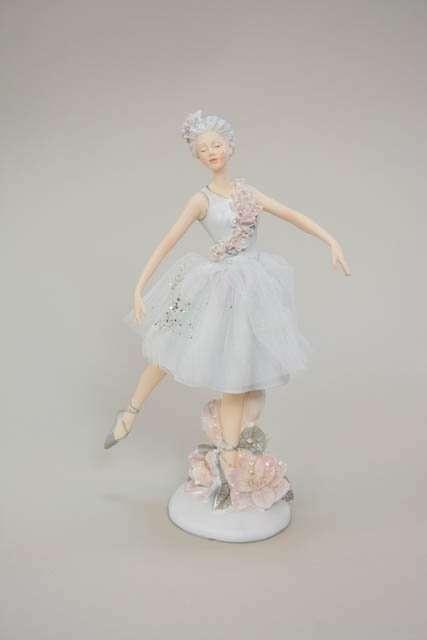 Hvid ballerina figur med rosa blomster detaljer