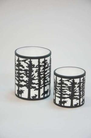 Hvide og sorte fyrfadsstager med skov motiv