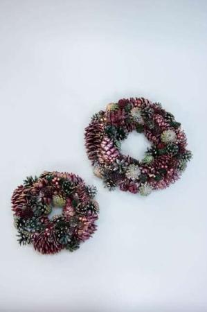 Julekrans med gran kogler og glimmer. Vinterkrans til døren