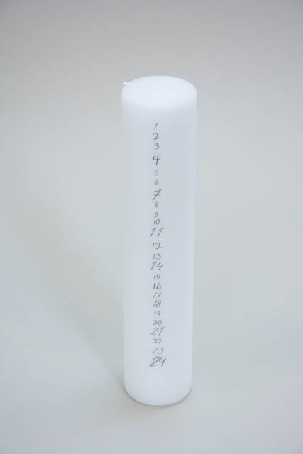 Klassisk hvidt kalenderlys med grå tal
