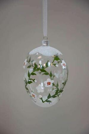 Malet påskeæg af glas med hvide blomster
