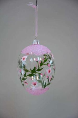Malet påskeæg af glas med lyserøde blomster