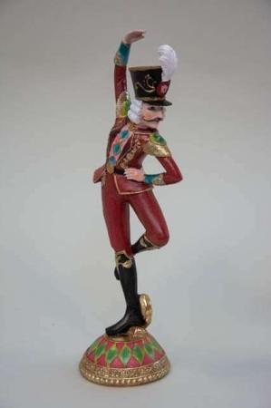 Rød julefigur af løjtnant med høj hat. Dansende julefigur.