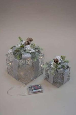 Sølv julegaver med LEDlys pyntet med glimmer og gran