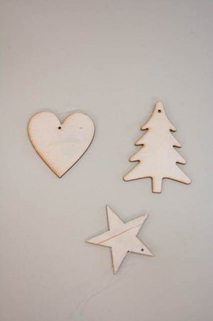 Små juleophæng af træ - hjerte, juletræ og stjerne
