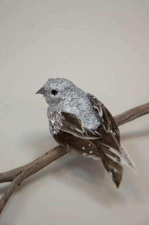 Sølv glimmer deko fugl med natur halefjer med sølv. Deko fugl på clips