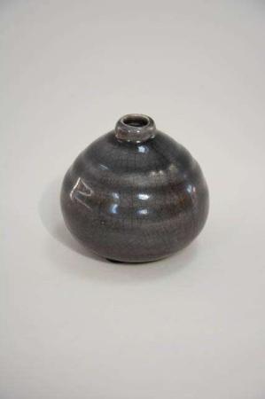 Sort keramik vase med krakeleret glasur